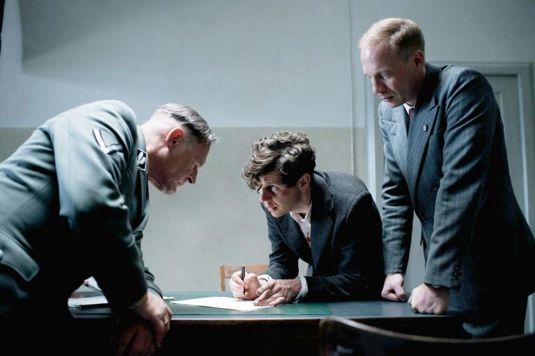 1 1 Georg Elser (Christian Friedel, M.) erklärt Nebe (Burgh. Klaußner, l.) und Müller (Joh. von Bülow, r.), wie er die Bombe gebaut hat - Cop. Lucky Bird Pictures, Bernd Schuller